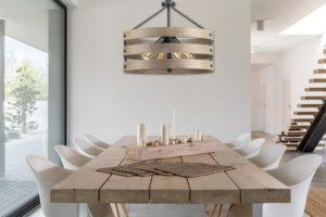 Luminaire suspendu rustique GULLIVER Progress p500023-143 au-dessus d'une table en bois