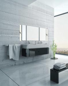 Luminaire mural salle de bain Dals LEDVAN002-24-SN installé à la verticale de chaque côté d'un miroir