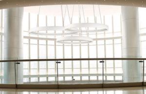 Luminaire suspendu moderne HALO Kuzco pd22753-wh au plafond cathedrale