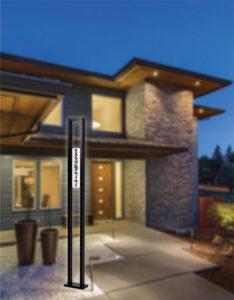 Luminaire extérieur sur poteau moderne TAMPA Snoc 11131lh1ld 14c84 en avant de la maison en fond flou