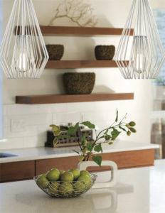Luminaire suspendu transitionnel moderne QUINTUS Z-Lite 442MP12-WH au-dessus du comptoir de cuisine avec tablettes de bois et panier de pommes vertes