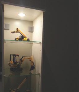 Luminaire encastré contemporain Totec pkd501-bk-sn-wh allumé dans une armoire avec jouet