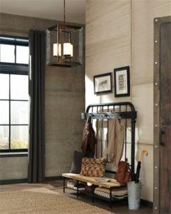 Luminaire suspendu Transitionnel TOWNER Feiss 3141303-848 dans un hall d'entrée avec banc en bois