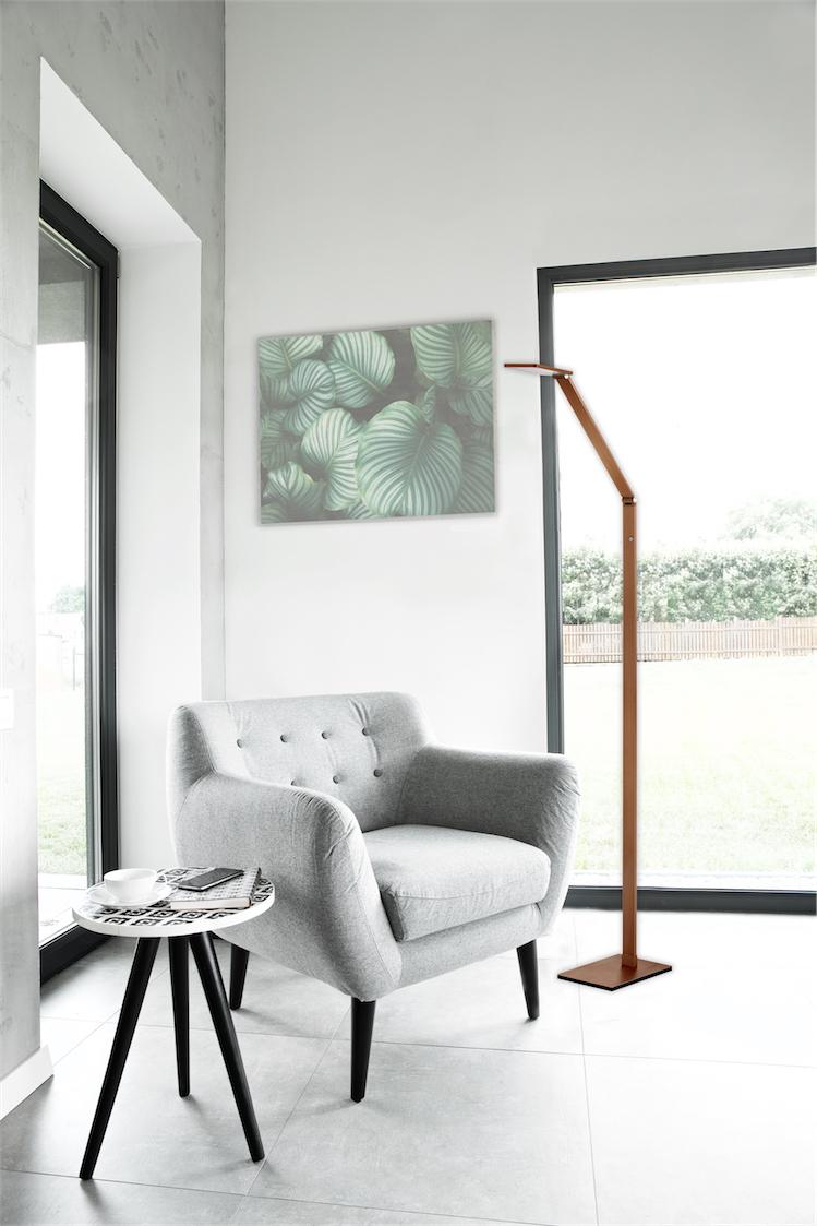 Lampe de plancher moderne RECO Kendal fl8449-rb dans le salon près d'un fauteuil et d'une fenêtre