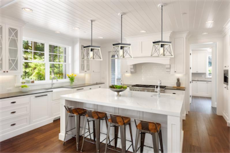 Luminaire suspendu rustique traditionnel BRIARWOOD Progress P500041-143 au-dessus de l'ilôt de cuisine blanc