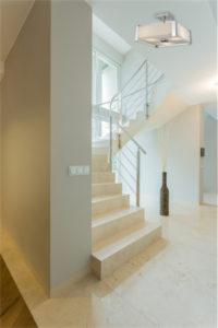 Luminaire semi plafonnier moderne Dvi DVP10312SN-SSOP près d'un escalier moderne