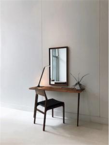Lampe de table moderne RECO Kendal ptl8420-rb sur table d'appoint minimaliste en bois avec miroir et chaise