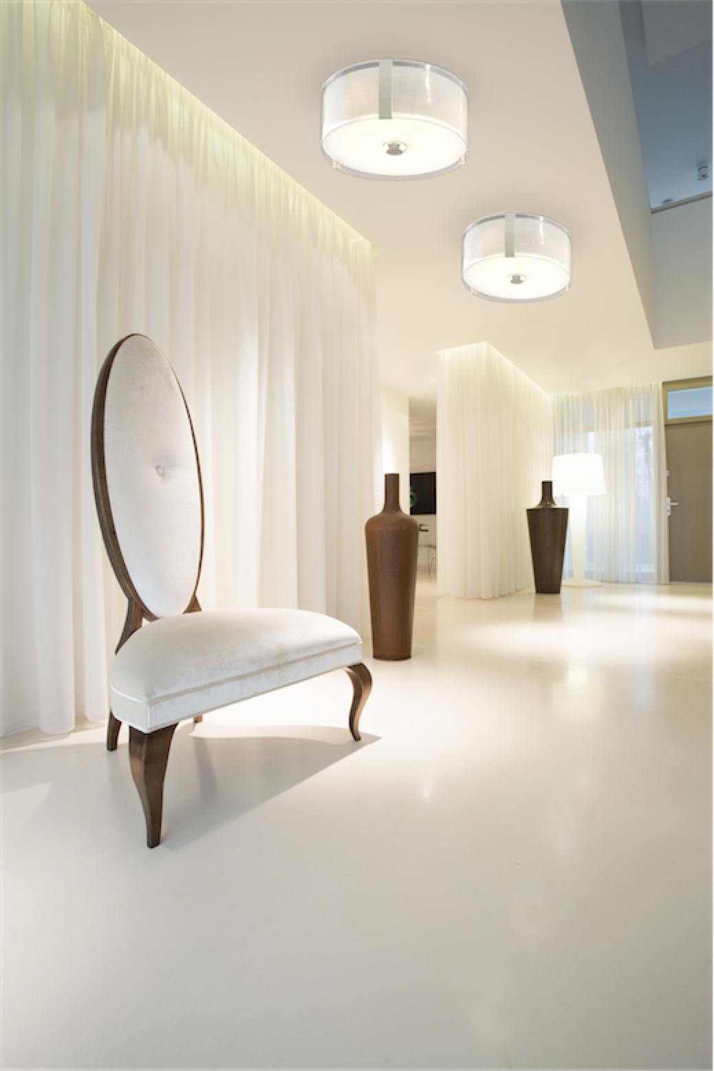 Luminaire semi-plafonnier contemporain ZURICH Dvi DVP14596SN-SS-OP dans une chambre avec fauteuil luxueux et rideaux blancs