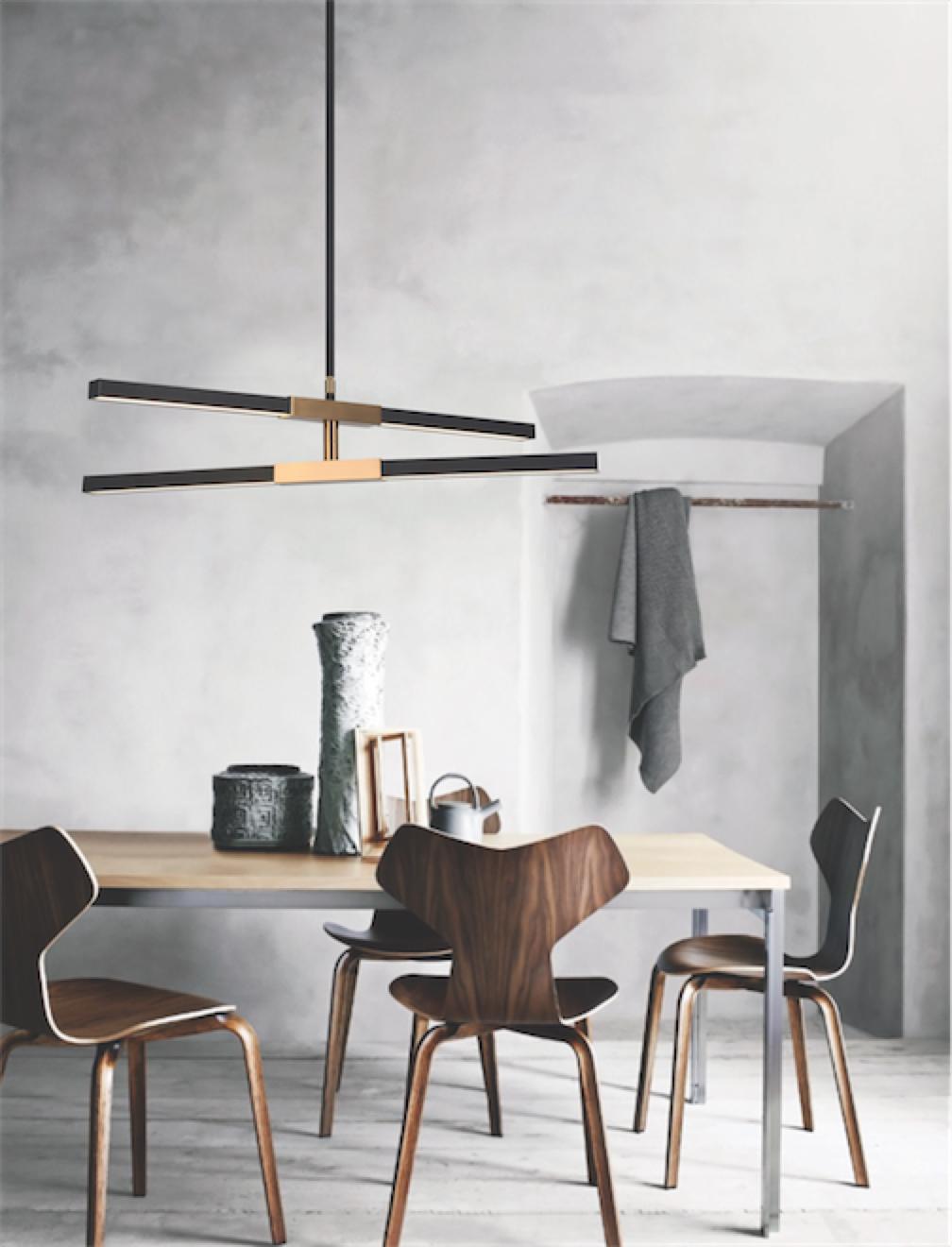 Luminaire suspendu moderne LINEARE Matteo C64738MBAG au-dessus de la table de cuisine en bois avec chaises en bois et murs de plâtre blanc
