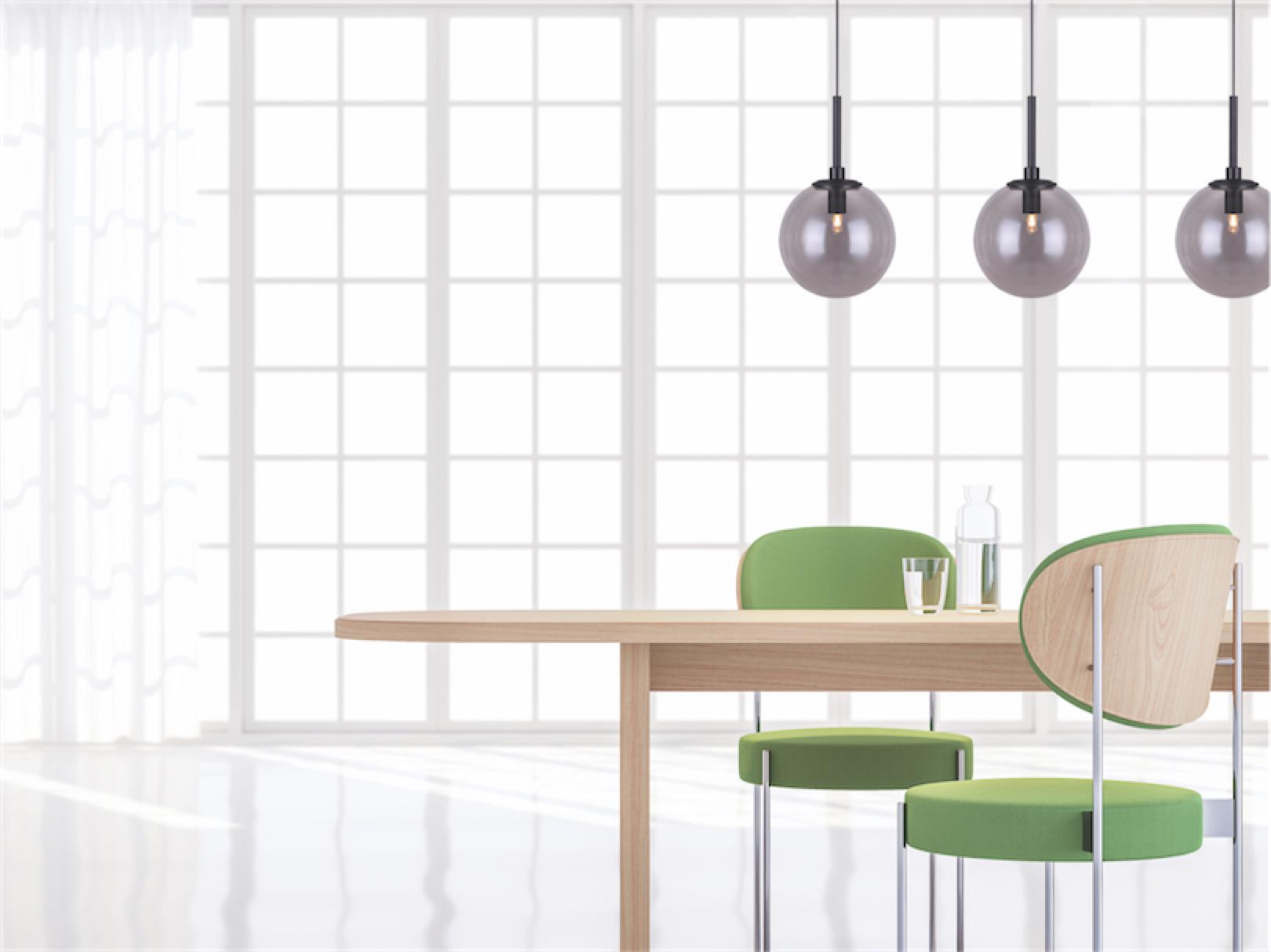 Luminaire suspendu moderne ATLAS Canarm  IPL741A01CH9 au-dessus de la table de salle à manger en bois près d'une grande fenêtre avec chaises vertes.