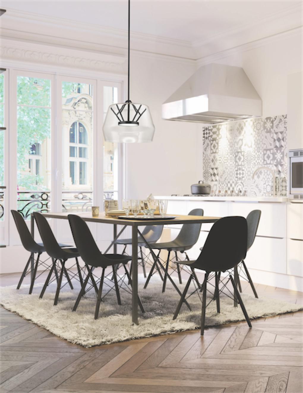 Luminaire suspendu moderne DECO Kuzco PD61418-CL-BK dans la cuisine au-dessus d'une table en bois avec chaises noires et tapis