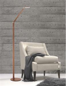 Lampe de plancher moderne ROUNDO Kendal fl8349-rb dans le salon près du fauteuil beige avec mur de bois