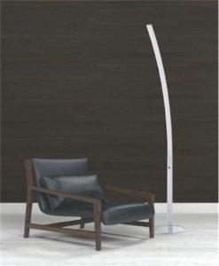 Lampe de plancher moderne ARCH Kendal fl8060-ch dans le salon près du fauteuil en cuir noir avec mur noir