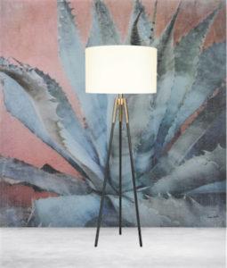 Lampe de plancher transitionnel TAYLOR Luce Lumen LL1561 sur fond de murale végétale représentant un cactus géant