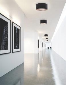 Luminaire encastré moderne MOUSINNI Kuzco fm11418-bk au plafond dans un couloir blanc avec tableaux style galerie d'art