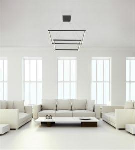 Luminaire suspendu moderne PIAZZA Kuzco CH85232-BK dans un salon blanc avec haut plafond et grandes fenêtres
