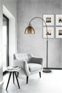 Lampe de plancher transitionnel Luce Lumen ll1271 près d'un fauteuil bleu avec mur imprimé feuillage végétal