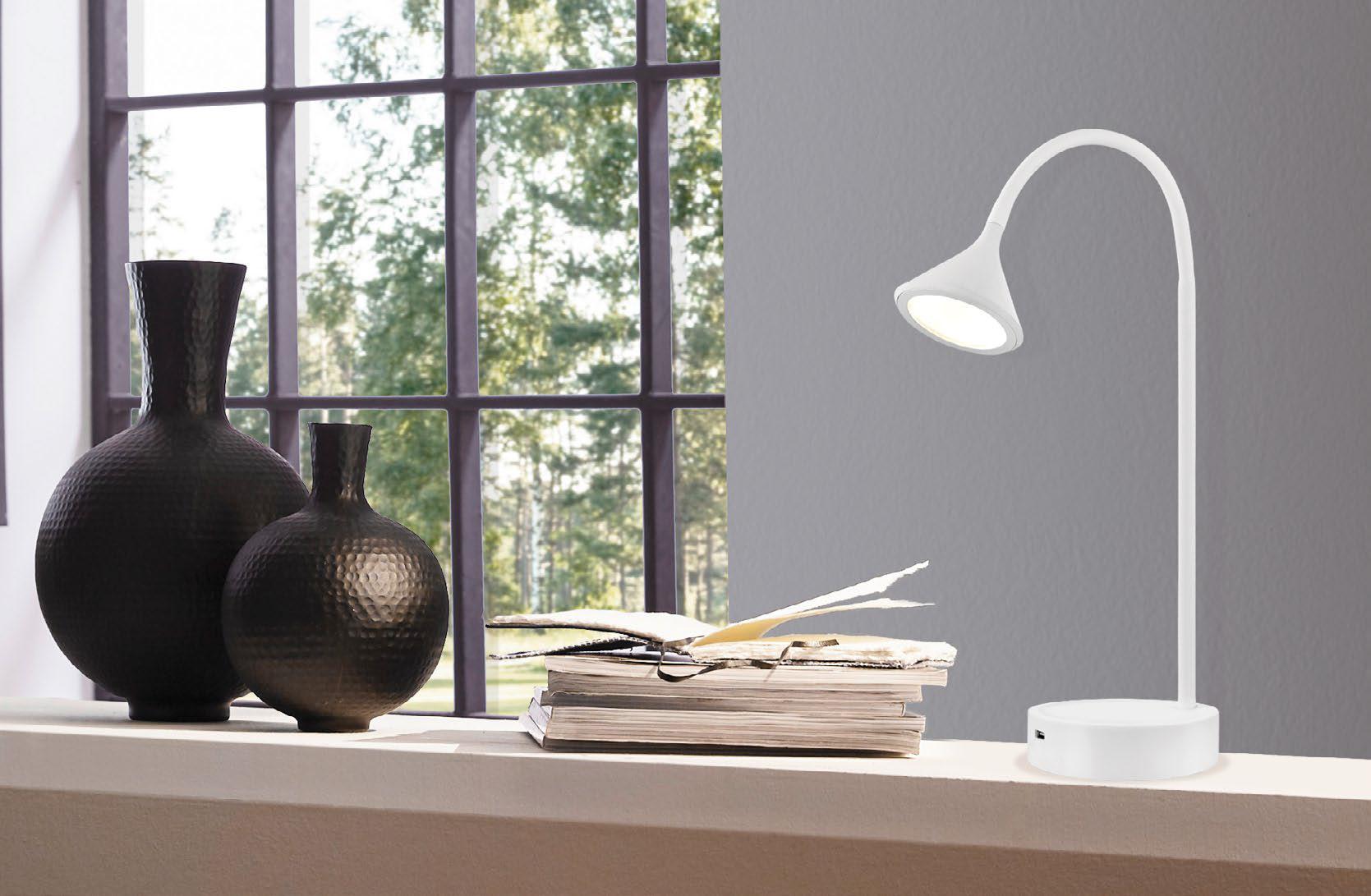 Lampe de table moderne ORMOND Eglo 202278A sur un bureau de travail près de la fenêtre avec objets décoratifs et livres