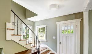 Abat-jour pour plafonnier traditionnel Standard65689 dans une entrée avec escalier en bois