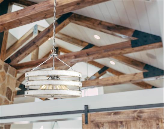 Luminaire suspendu rustique GULLIVER Progress P400097-141 au plafond avec poutres de bois