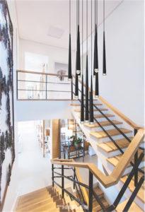 Luminaire suspendu moderne RENAIE Matteo C62712MB dans une cage d'escalier en bois dans un décor de prestige