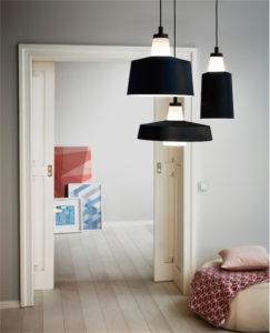 Luminaire suspendu moderne TABANERA Eglo 96803A dans la chambre à coucher avec portes coulissantes.