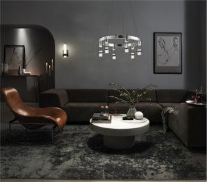 Luminaire moderne AYSE Feiss 84126 allumé dans le salon au-dessus d'une table d'appoint blanche avec une plante verte