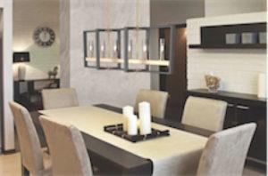 Luminaire suspendu transitionnel BLAIRMORE Dvi DVP30202VBR-GR-CL au-dessus d'une table de salle à manger avec chandelles