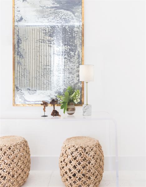 Lampe de table moderne FIONA Hudson Valley HL153201-POC sur table console blanche avec miroir et objets modernes