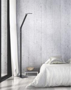 Lampe de plancher moderne RECO Kendal fl8449-blk dans le salon près du divan