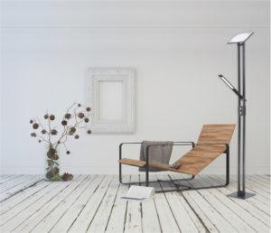 Lampe de plancher moderne VARR Kendal TC5001-BLK dans le salon près d'une chaise longue sur plancher de bois et mur blanc