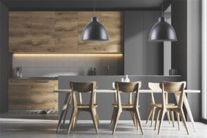 Luminaire suspendu DEL moderne iL 008-1006-BK dans la cuisine au-dessus de la table en bois avec armoires en bois et murs noirs.