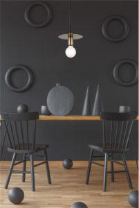 Luminaire suspendu moderne KASA Matteo C54911AGB au-dessus de la table de salle à manger en bois avec chaises noires