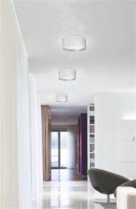 Luminaire encastré moderne MOUSINNI Kuzco fm11418-wh au plafond dans un passage aux murs et planchers blancs brillants