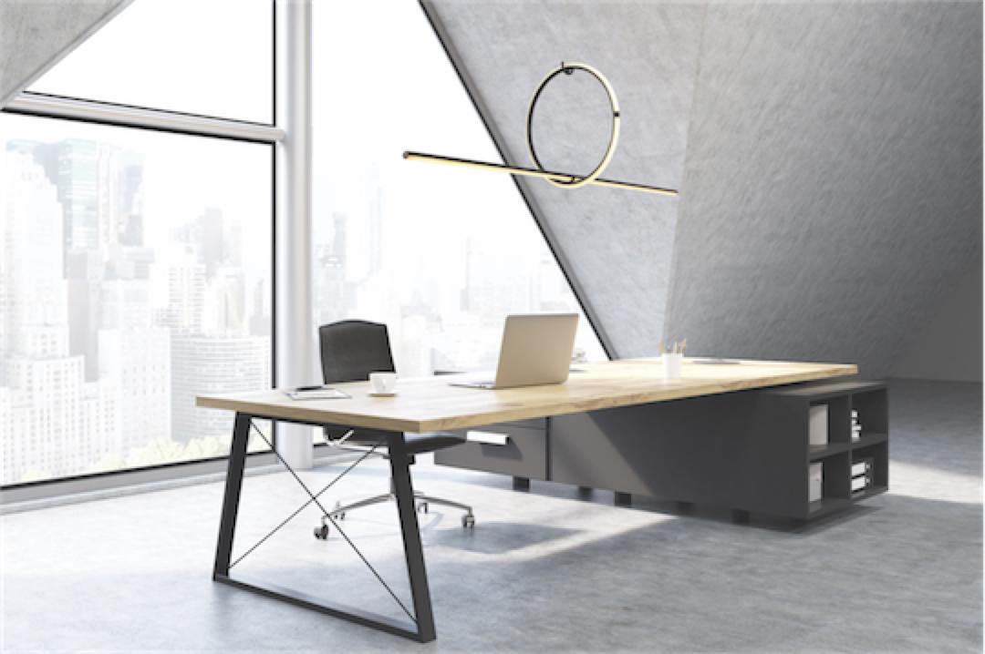 Luminaire suspendu HALO LL1794 dans le bureau au-dessus de la table de travail avec grandes fenêtres